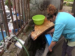As casas são habitadas por 10 pessoas que vivem também sem luz e saneamento Foto: Maria Soares