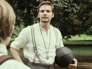 Numa adaptação ao cinema, Konrad Koch introduz o futebol na Alemanha, ensinando