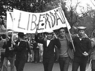 Resultado de imagem para 25 abril revolução pacifica