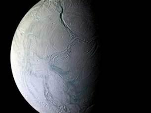 Encelado é uma pequena bola de gelo à volta de Saturno Foto: Kanijoman/ Flickr