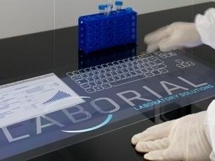 A Blautouch, sendo uma superficie interativa, permite substituir os computadores e ratos nos laboratórios Foto: DR
