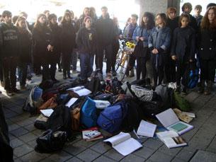 Estudantes da ACE, silenciosos, com os livros e pastas abertas como forma de protesto Foto: Tânia Monteiro