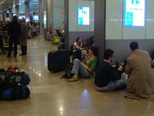 Centenas de pessoas esperam no aeroporto de Madrid uma solução para regressarem aos seus países Foto: Nuno de Noronha