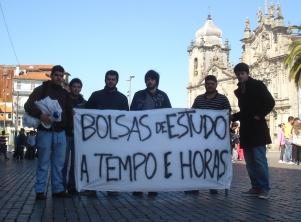 Foram cerca de duas dezenas de estudantes os que apareceram para protestar Foto: Francisca Paiva