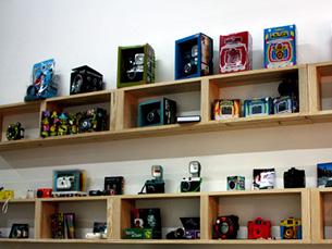 A Embaixada Lomográfica vende máquinas fotográficas de todos os tamanhos e feitios Foto: Sara Santos Silva / Arquivo JPN
