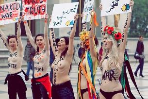 O grupo ucraniano FEMEN protesta em topless contra temas como o turismo sexual Foto: joparis/Flickr