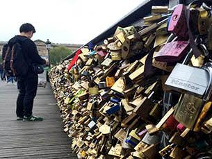 """A campanha """"No Love Locks"""" pretende acabar com os cadeados nas pontes parisienses pelo bem do património cultural da cidade Foto: Cláudia Sequeira"""