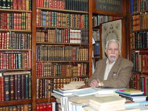 Livraria Académica comemora 100 anos. Nuno Canavez ocupa o lugar atrás do balcão há mais de 60 Foto: Liliana Pinho