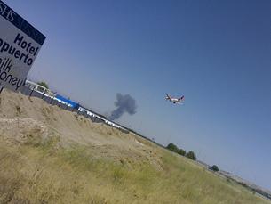 Nuvem de fumo no Aeroporto de Barajas após o acidente Foto: Nacho Palou / Microsiervos