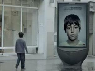 O outdoor pertende incentivar as crianças a denunciar os abusos Foto: DR