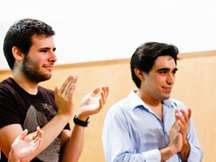 Ary Ferreira da Cunha (à esquerda) e Tiago Laranjeiro (à direita) são os novos campeões mundiais de debate universitário Foto: DR