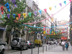 A Rua Cândido dos Reis foi um dos espaços escolhidos para a aplicação das bandeiras Foto: Joana Coimbra Martins