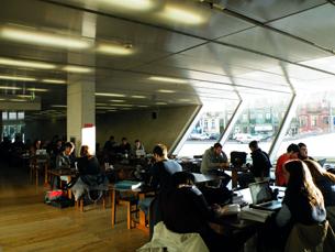 Para quem não gosta de estudar em casa, no Porto há muitos espaços que oferecem conforto e rede wireless Foto: JPN