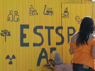 No queimódromo, vários estudantes constroem o bar da sua Faculdade. Foto: Rosário Costa
