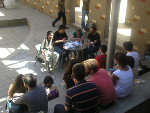 A precariedade laboral esteve em discussão no átrio da Faculdade de Letras Foto: Joana Coimbra Martins