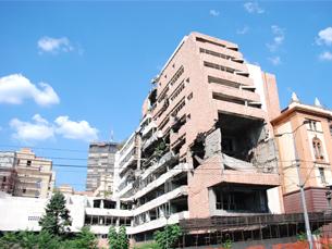 Os estragos causados pelos bombardeamentos ainda são bem visíveis em Belgrado Foto: