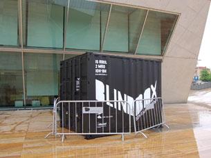 """A """"caixa"""" está instalada no exterior da Casa da Música até 18 de Maio Foto: Teresa Castro Viana"""