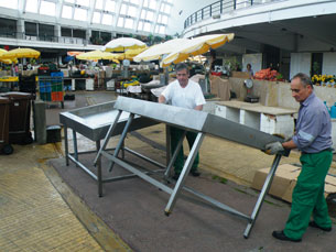 Bancas onde será vendido o peixe fresco foram montadas segunda