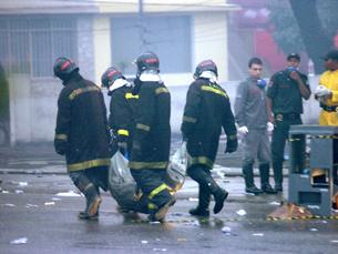 Bombeiros resgatam corpos de vítimas do acidente Foto: Agência LUZ/ABr