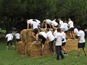 Os participantes tiveram de saltar obstáculos, correr pela água e rastejar na lama Fotos: Simão Freitas
