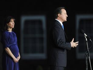 Vai ser um trabalho duro e difícil. Mas acredito que juntos podemos dar o Governo forte e estável que nosso país necessita, disse Cameron à chegada a Downing Street. Foto: The Prime Minister's Office /  Flickr