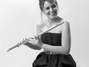 Adriana elege a flauta como seu instrumento principal e inclui este instrumento nos seus dois álbuns Foto: DR