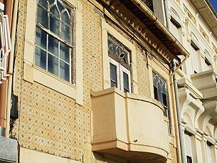 Janelas partidas e tinta gasta marcam a fachada da casa onde morreu António Nobre Foto: Inês Andrade