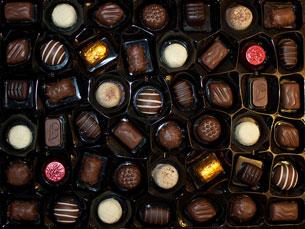 Chocolate de leite, negro, branco, com pedaços, com recheio de morango... Dependência ou vício? Foto: Shelley & Dave/Flickr