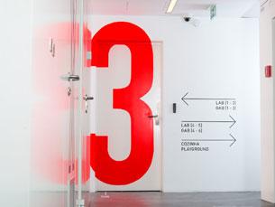 A sinalética numérica do Centro de Inovação do UPTEC foi desenvolvida pelo estúdio Claan Foto: Claan