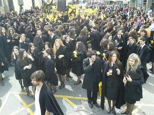 Os estudantes do Porto sairam à rua para festejar as cores da faculdade Foto: Anabela Mendes