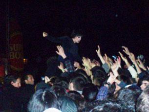 """Alice, vocalista dos Crystal Castles, empolgou o público com sucessivos """"mergulhos"""" na primeira fila Foto: Daniela Espírito Santo"""