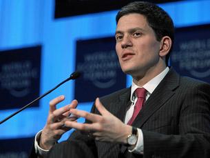 """David Miliband diz que a falsificação dos documentos britânicos é """"intolerável"""" Foto: World Economic Forum /  Flickr"""