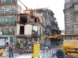 A Protecção Civil coordena a demolição do prédio Foto: Fabiana Pais