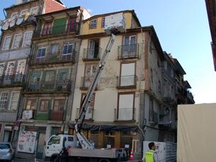 O prédio estava sinalizado como em risco de derrocada pelos Bombeiros Sapadores do Porto Foto: Mariana Catarino