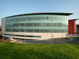 No edifício inteligente estão instaladas mais de vinte empresas ligadas à alta