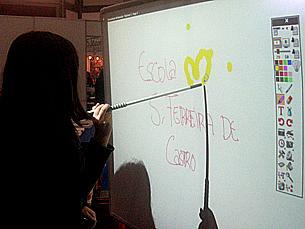 Na escola do futuro, o tradicional quadro de lousa dá lugar a um quadro interactivo Foto: João Queiroz