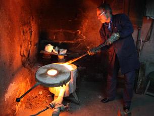 A fábrica Manuel Alcino & Filhos é um exemplo raro de como se trabalha a prata artesanalmente Foto: Ana R. Almeida
