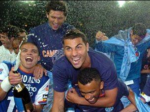 Pepe festeja com champanhe o seu quinto troféu ao serviço do FC Porto Foto: FC Porto