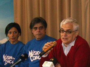 """Filipe La Féria acompanhado por alguns dos actores de """"Música no Coração"""" Foto: Inês Figueiras"""