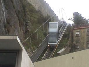 Num percurso de dois minutos e 281 metros, o funicular dos Guindais liga a Ribeira à Batalha Foto: Arquivo JPN