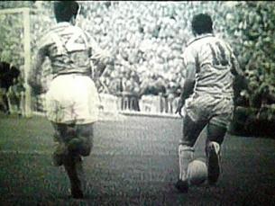 """Garrincha, outra das figuras """"canarinhas"""", a fugir ao adversário Foto:"""