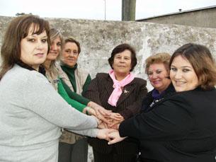 Grupo de Acção das Mulheres ofereceu rosas e poemas às reclusas. Foto: Inês Figueiras