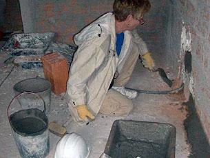 Uma voluntária trabalha na construção da casa Daniela Espírito Santo