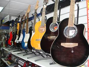 Os instrumentos musicais são alguns dos artigos disponíveis na Segundo Mercado Foto: Joana Coimbra Martins