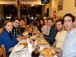O jantar em grupo é, muitas vezes, apenas a entrada para uma longa noite Foto: Tânia Monteiro
