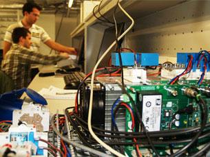 O ambiente de trabalho no laboratório de mobilidade elétrica permite simular casos reais Foto: INESC Porto