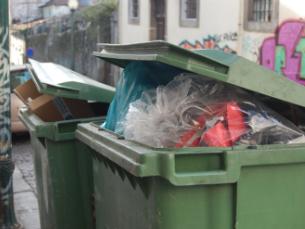 A recolha de resíduos sólidos urbanos tem gerado polémica na cidade do Porto Foto: Maria Eduarda Moreira
