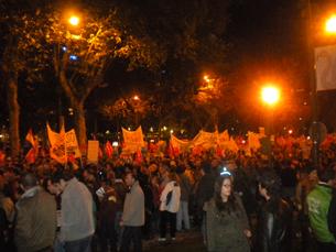 Os protestos, intensos durante o dia, continuaram noite dentro Foto: JPN