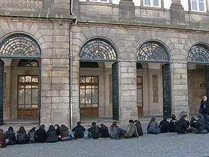 Alunos em protesto frente à reitoria Foto: JPR