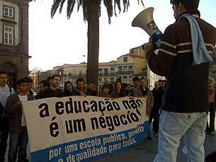 Protesto juntou poucos alunos frente à Reitoria da UP Foto: Cláudia Gomes